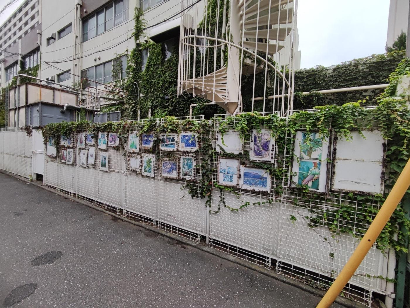 塀に飾られた写真